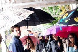 Антон Латынин проводит экскурсию в Москве для молодых итальянцев по Булгаковским местам